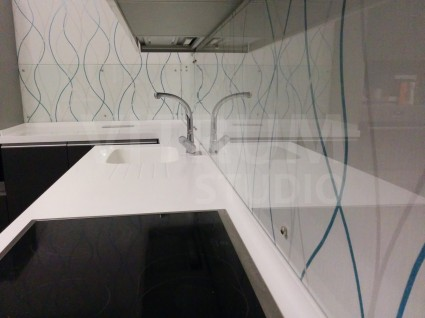 Прозрачный фартук из закаленного стекла 6 мм + обои Vitrum Studio Прозрачные скинали в Иркутске м-он Крылатый