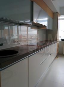 Прозрачный фартук из закаленного стекла 6 мм + окрашенная белая стена Vitrum Studio Прозрачные скинали в Иркутске