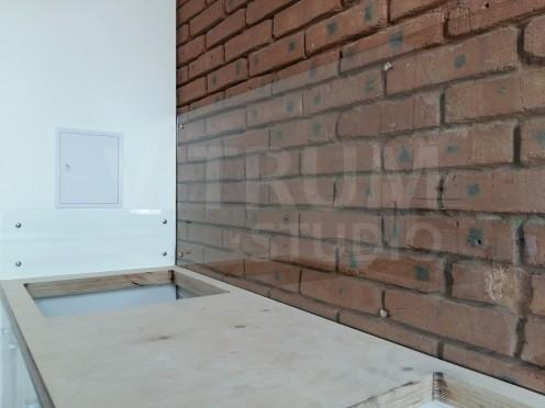 Прозрачный фартук из закаленного стекла 5 мм + кирпичные стены Vitrum Studio Прозрачные скинали в Иркутске ул. Байкальская