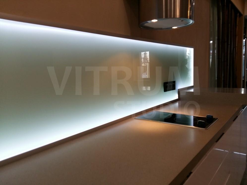 Прозрачный матовый фартук из закаленного стекла 6 мм в раме с торцевой подсветкой и сенсорным включателем + окрашенные в белый цвет стены Vitrum Studio Прозрачные скинали в Иркутске