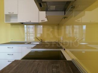 Прозрачный фартук из закаленного стекла 6 мм + окрашенные в желтый стены Vitrum Studio Прозрачные скинали в Иркутске м-он Союз